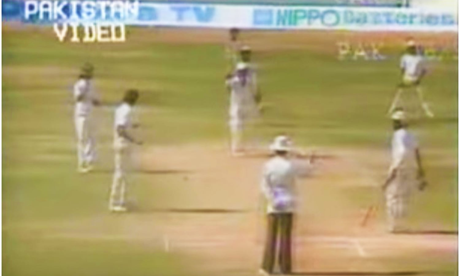 A comedy of errors: The umpire gives Qasim out LBW (the bowler Kapil Dev did not appeal). On Qasim's animated protests, the umpire quickly changed the decision. Photo: Video Grab.
