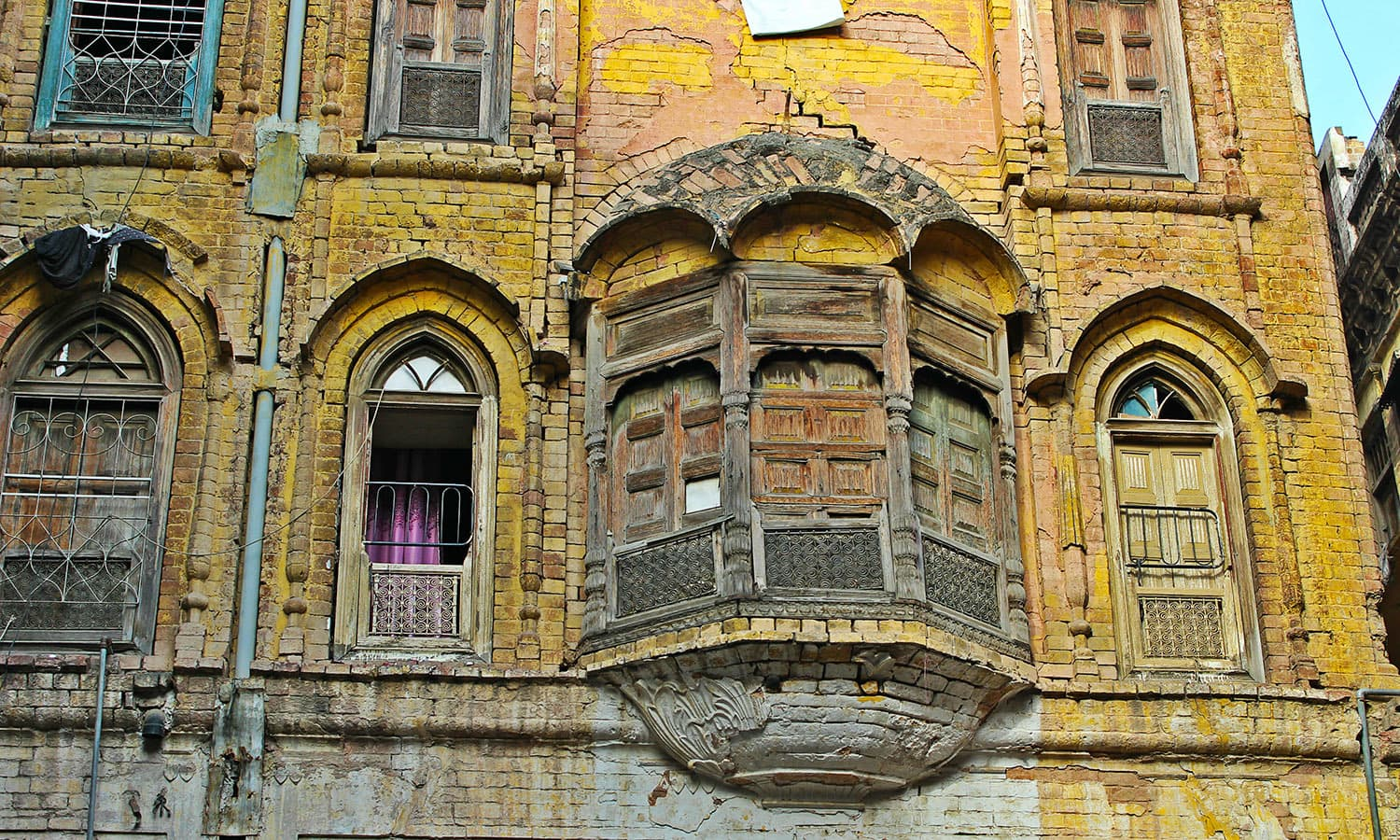 An intricately carved *jharoka* of the old houses where traders and goldsmiths used to live.