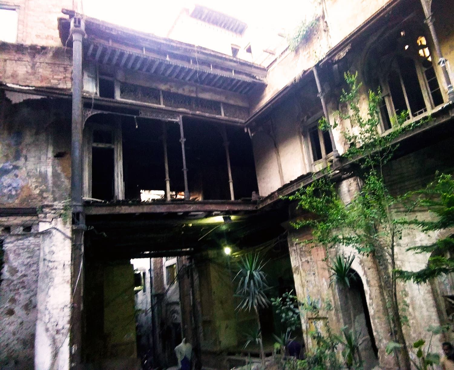 The dilapidated façade of Sujan Singh *haveli.*