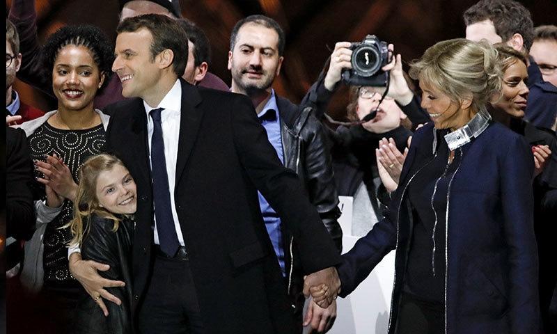 ایمانوئل مائکروں کے اپنے بچے نہیں تاہم وہ بیوی کے بچوں کے سوتیلے والد ہیں—فوٹو: رائیٹرز