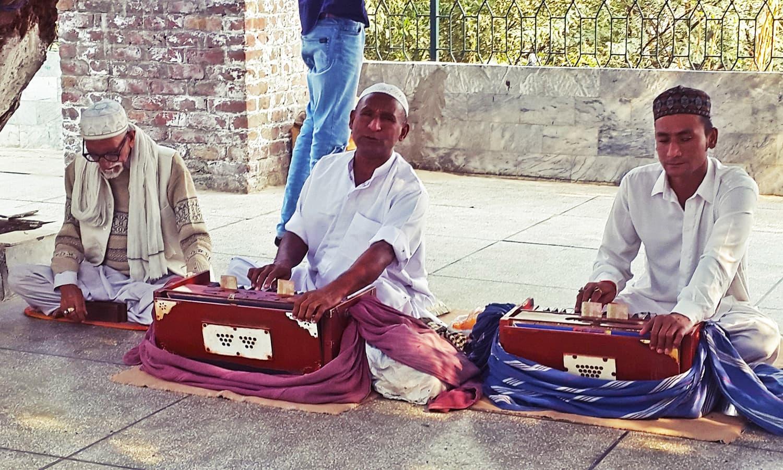 The *mureeds* at Baba Kamal Chishty's shrine.