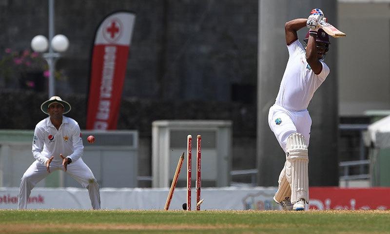 محمد عامر کی گیند پر شیمرون ہٹمیئر کے باؤلڈ ہونے کا منظر— فوٹو: اے ایف پی