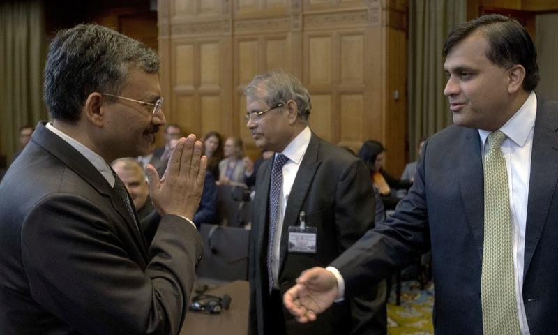 بھارت کی وزارت برائے خارجہ امور کے جوائنٹ سیکریٹری ڈاکٹر دیپک میٹالے پاکستانی وفد سے   ملاقات کرتے ہوئے — فوٹو: اے پی