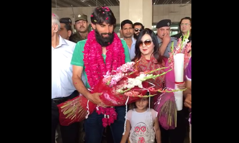 The cricketer was presented garlands and bouquets