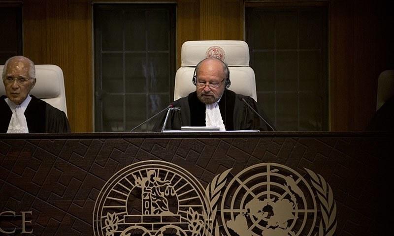 فیصلہ عالمی عدالت کے صدر رونی اَبراہم نے سنایا — فوٹو: اے پی