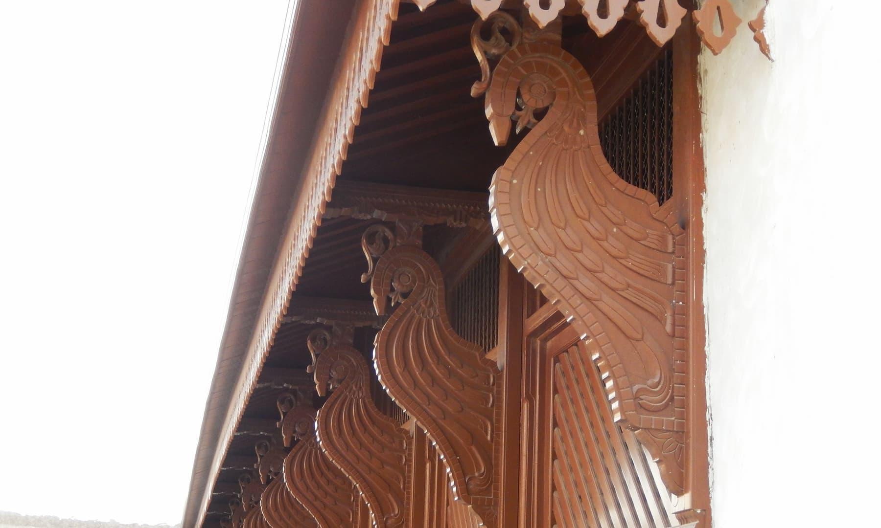 محل میں لکڑی کا نفیس کام بھی دیکھنے کو ملتا ہے — تصویر ابوبکر شیخ