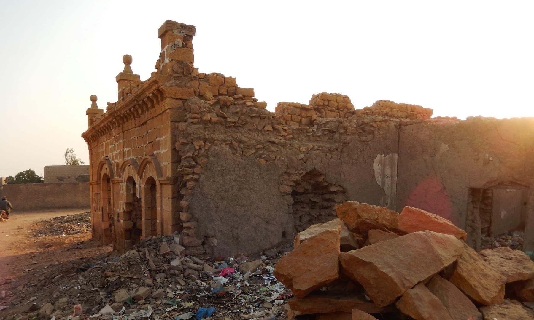 جھرک شہر کی خستہ حالی جا بجا نظر آتی ہے— تصویر ابوبکر شیخ