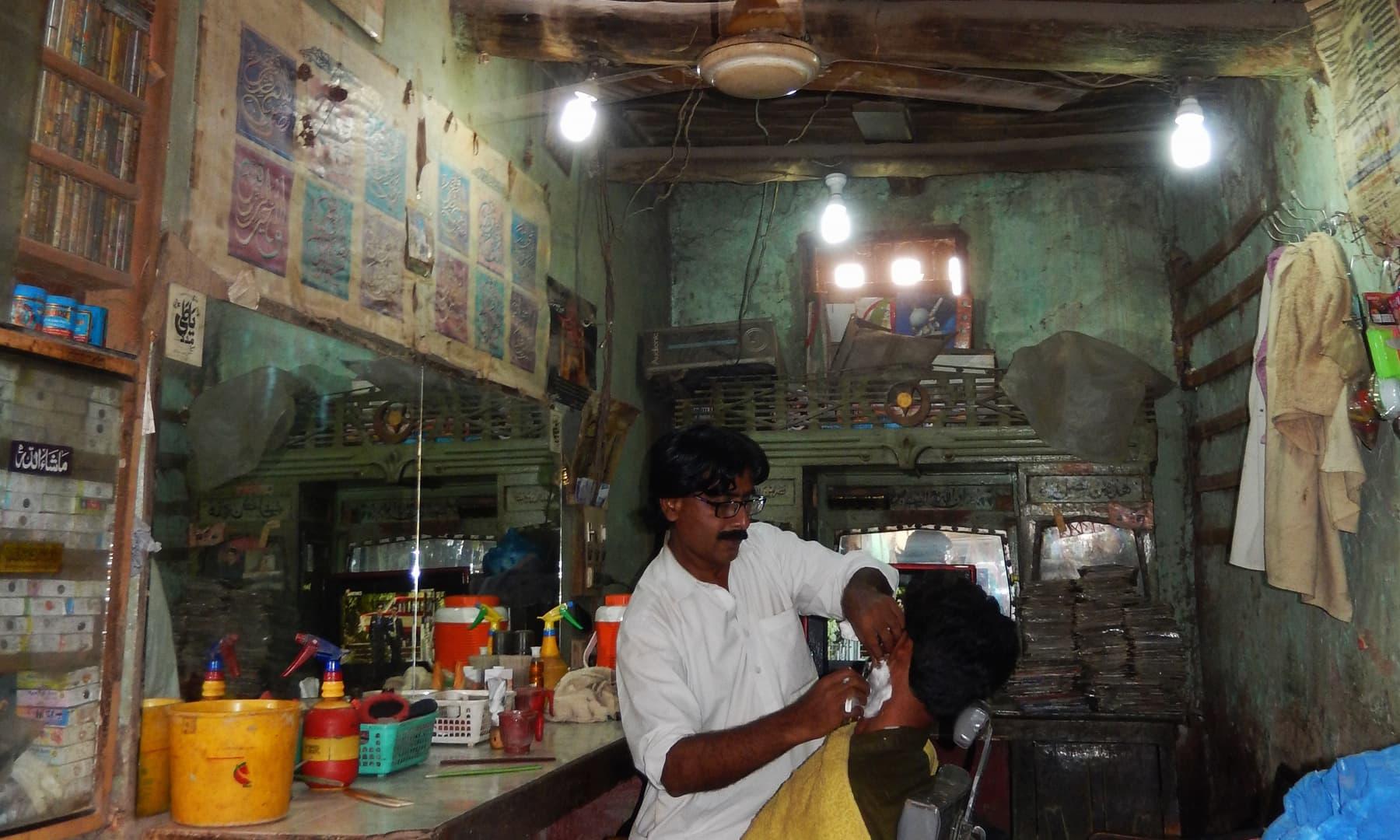 جھرک کی بازار میں واقع نائی کی دکان — تصویر ابوبکر شیخ