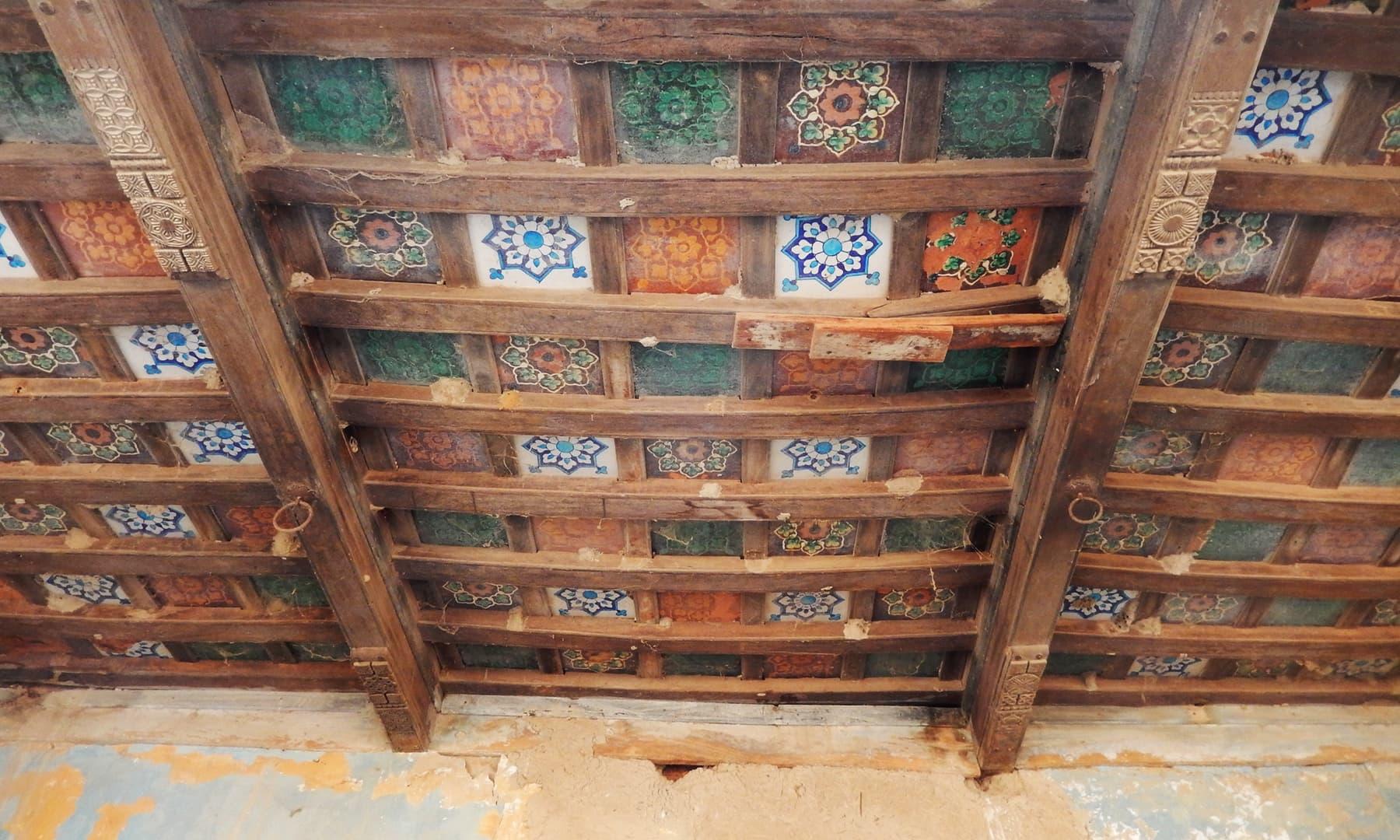 ماضی کی شاندار طرز تعمیر کا اندازہ اس چھت سے لگایا جا سکتا ہے — تصویر ابوبکر شیخ