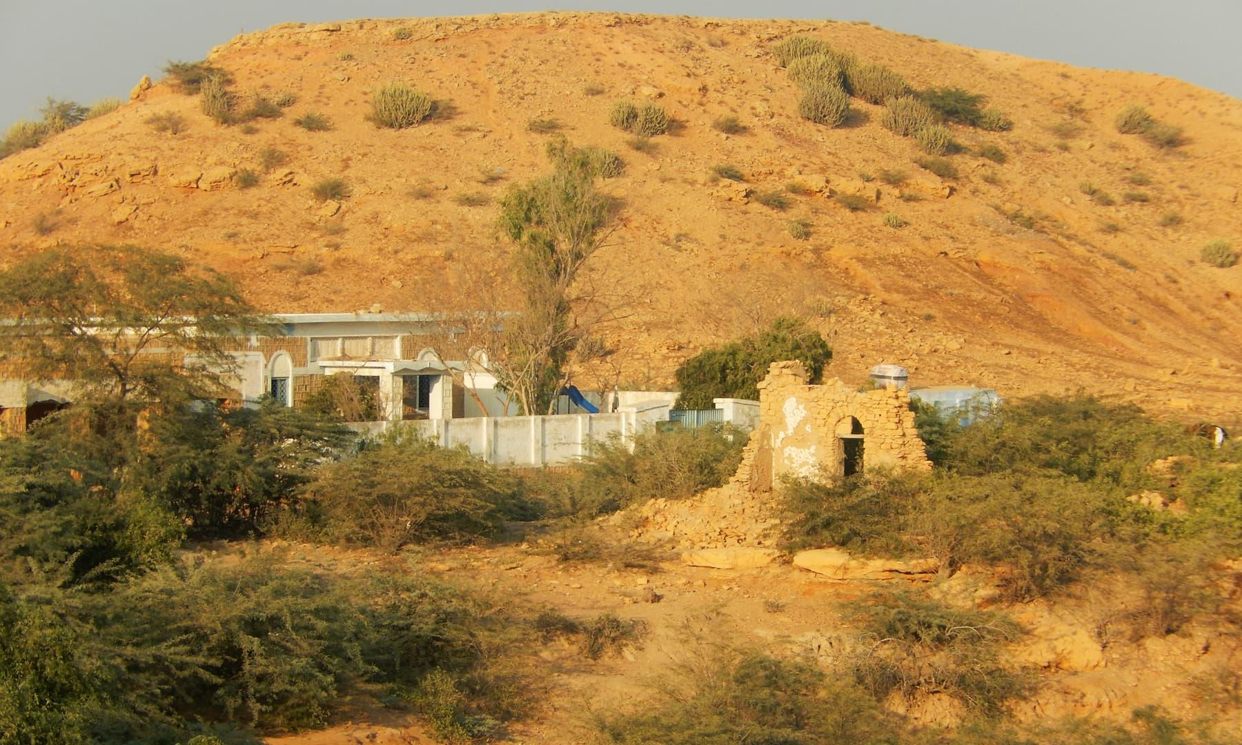جھرک کی ایک پہاڑی — تصویر ابوبکر شیخ