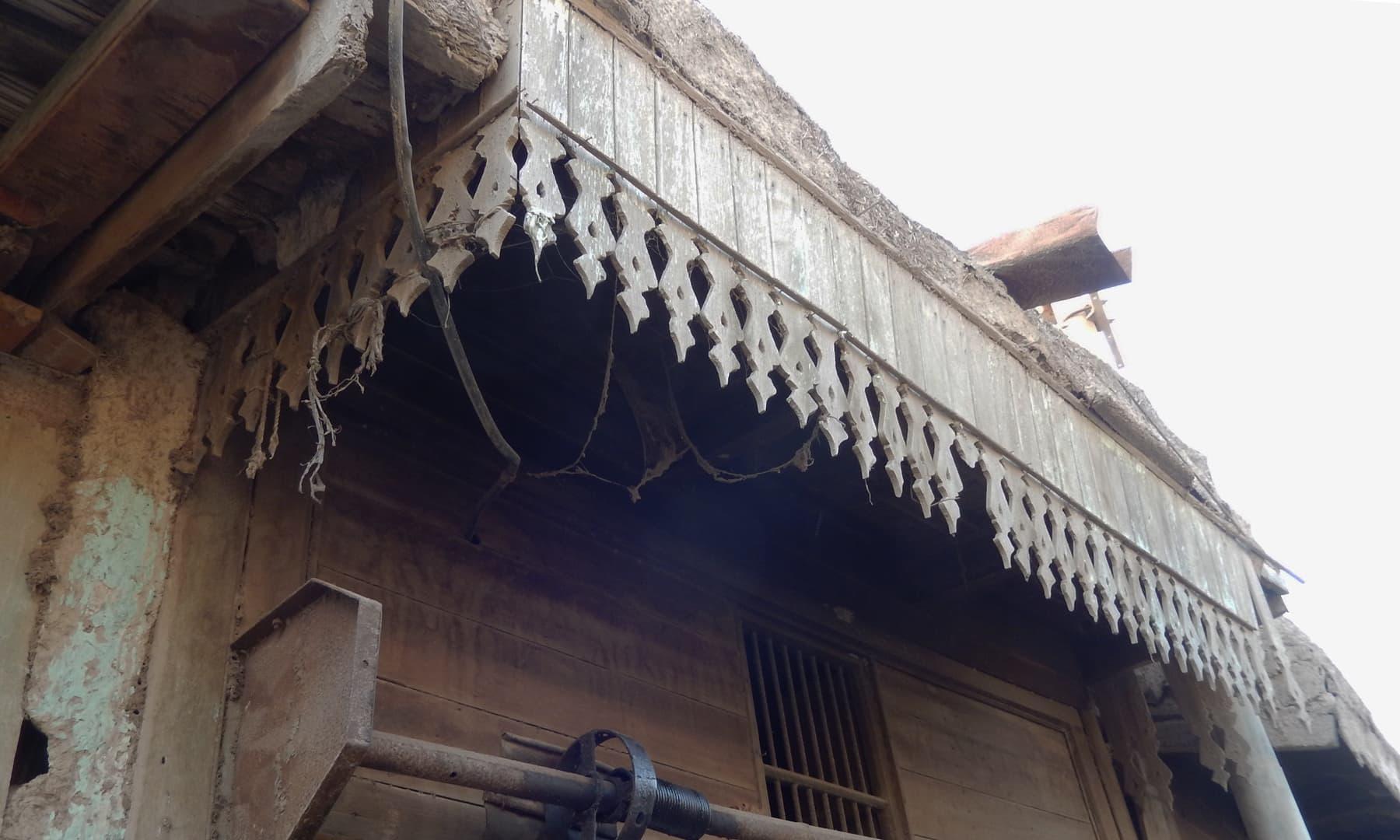 جھرک میں واقع دکانیں جن میں پرانے وقتوں کے آثار دیکھنے کو مل جاتے ہیں— تصویر ابوبکر شیخ