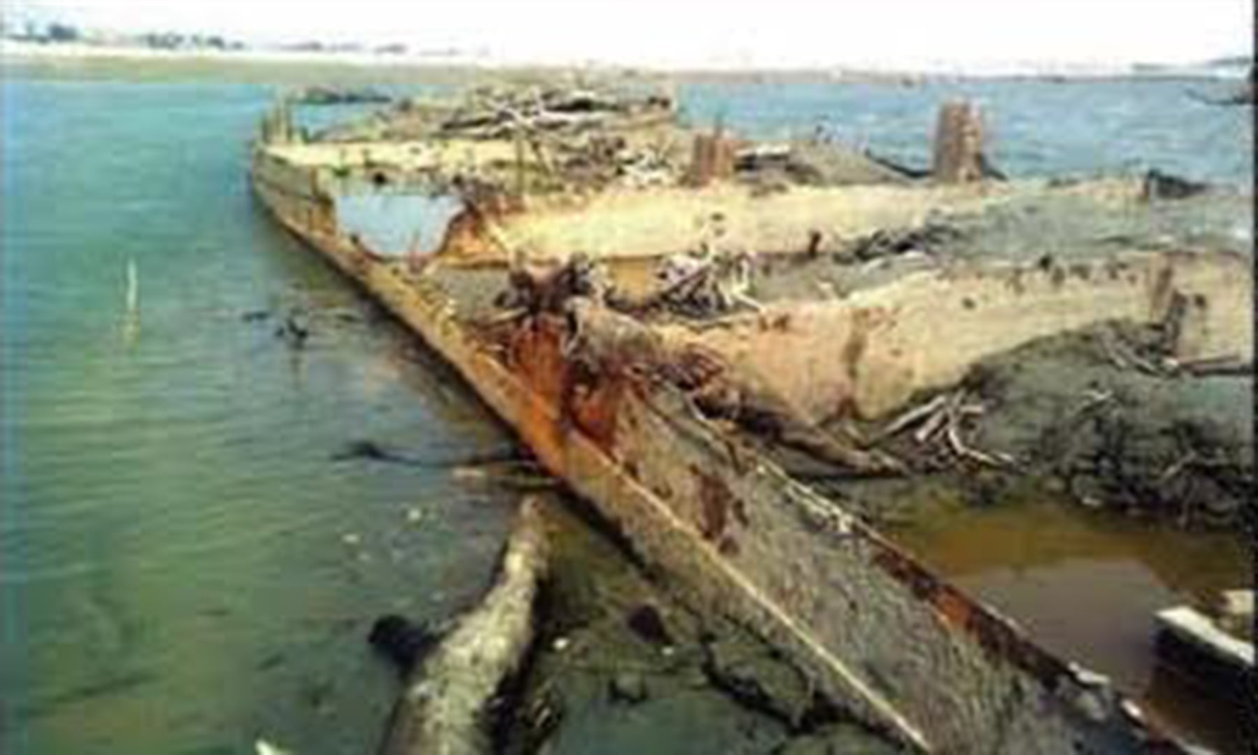 2011 میں دریائے سندھ سے ملنے والا انڈس فلوٹیلا کے ایک اسٹیمر کا ڈھانچہ — تصویر بشکریہ روزنامہ کاوش اخبار