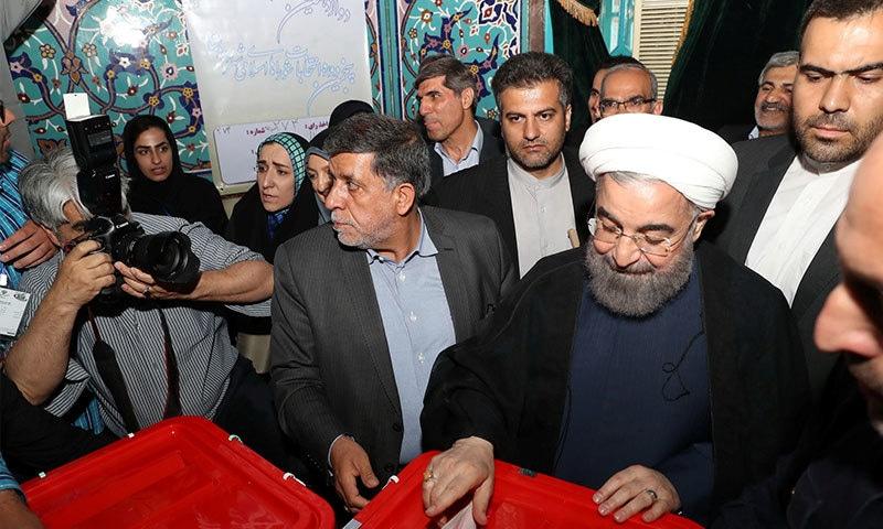 حسن روحانی نے تہران میں ووٹ کاسٹ کیا—فوٹو: رائیٹرز