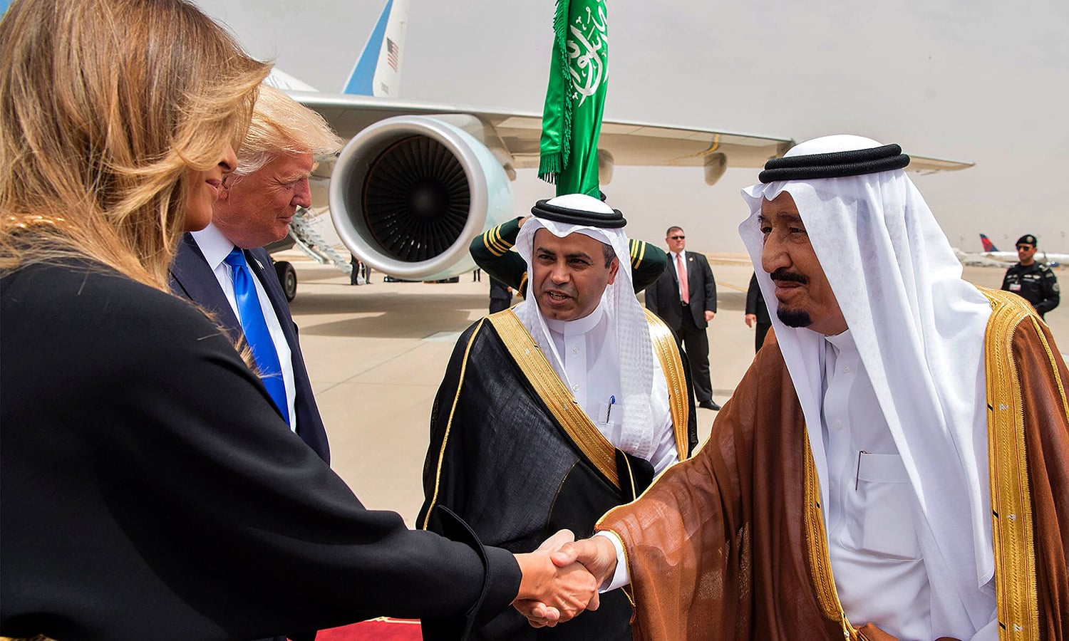 US First Lady Melania Trump (L) shakes hands with Saudi King Salman bin Abdulaziz al-Saud (R) upon arrival at King Khalid International Airport. ─ AFP
