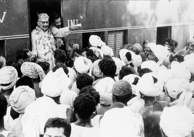 Hyder Bux Jatoi being received by thousands of peasants at the Hyderabad railway station after his release from incarceration