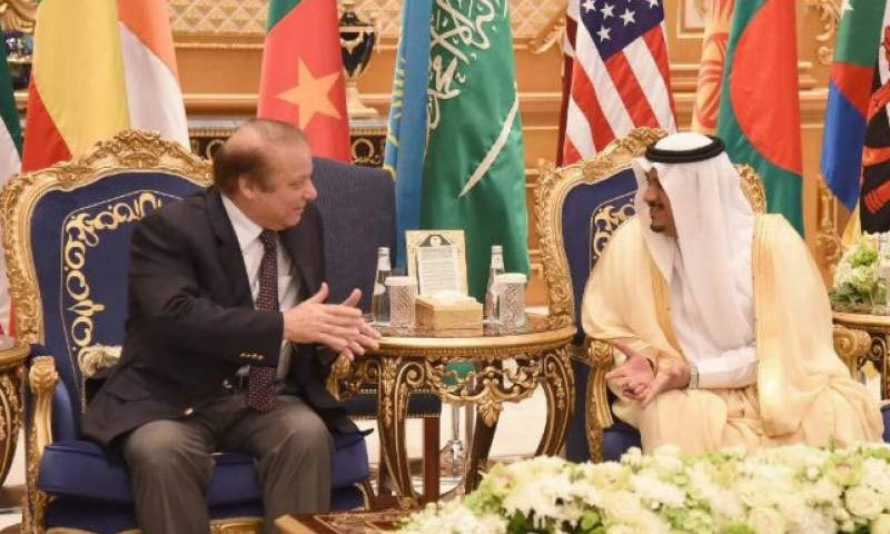 ریاض کے گورنر اور دیگر اعلیٰ سعودی حکام نے وزیراعظم کا استقبال کیا— فوٹو بشکریہ ریڈیو پاکستان