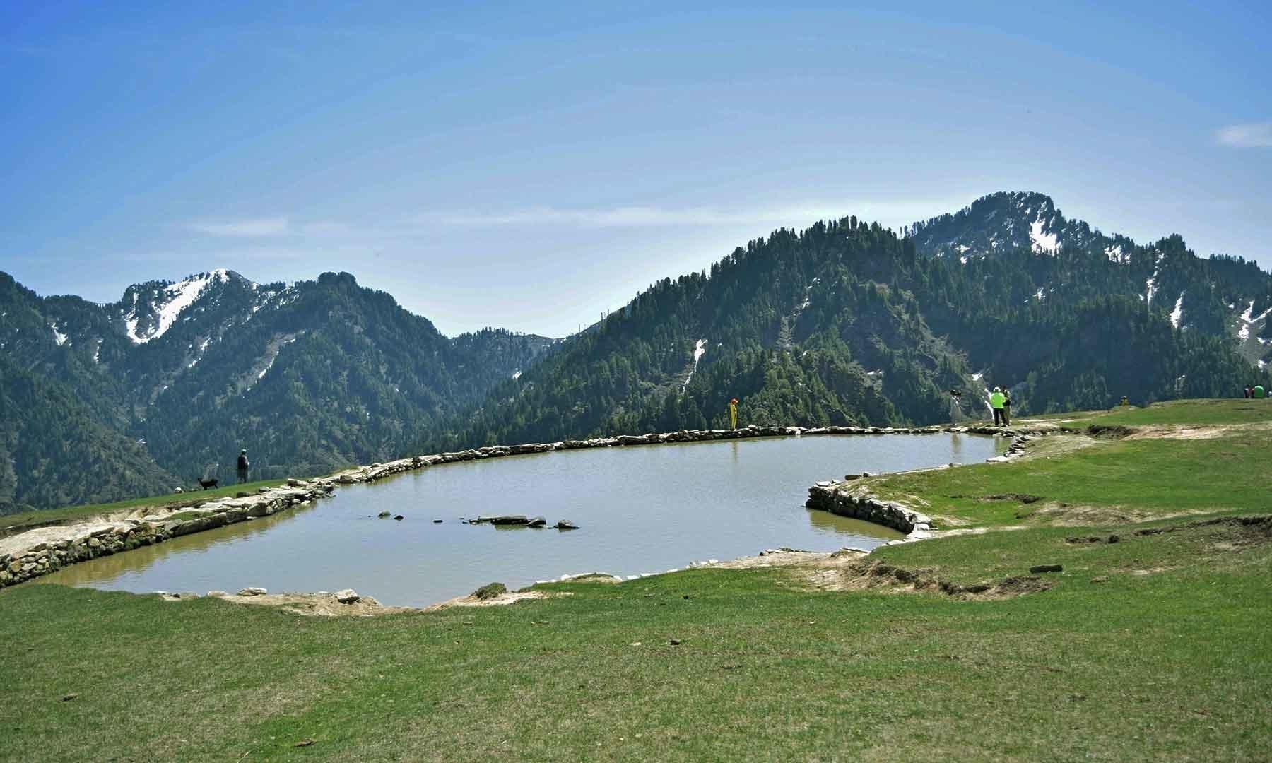 سرے شاہ سر کی بارانی جھیل— تصویر امجد علی سحاب