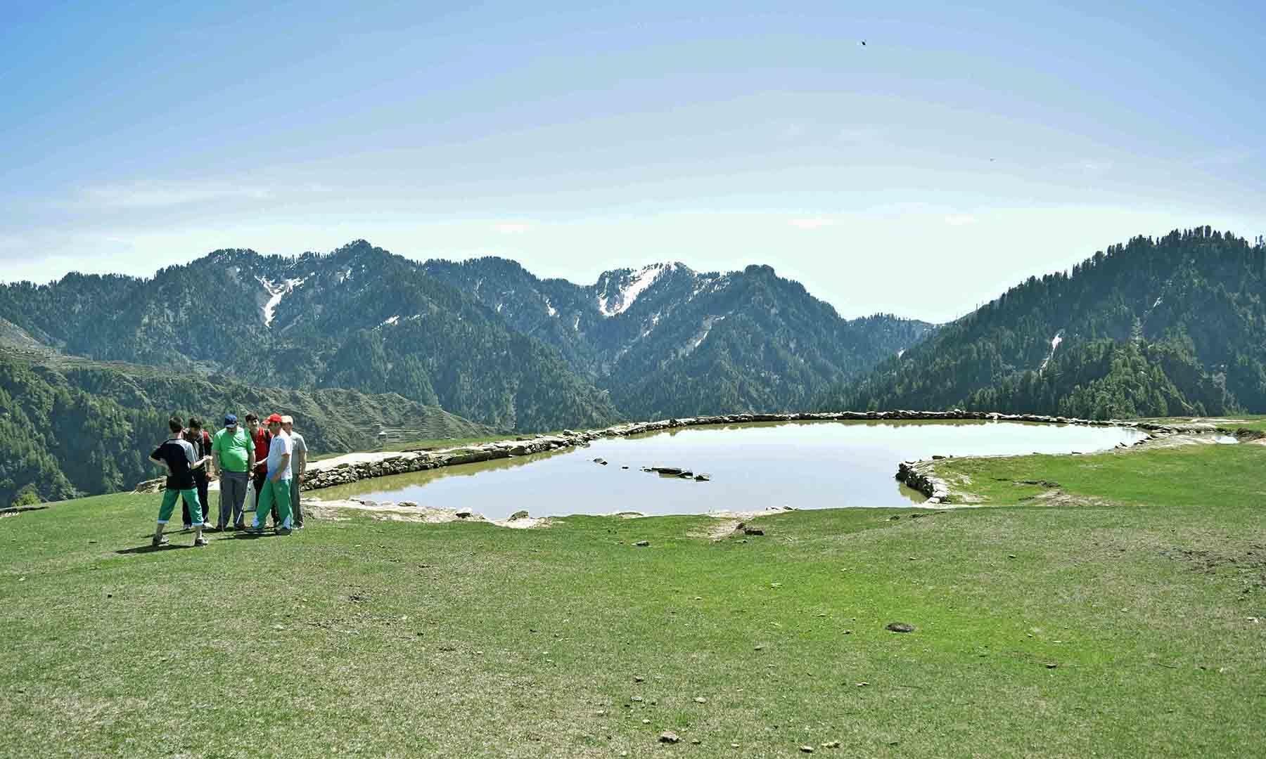 جھیل پر مقامی سیاحوں کی ایک جماعت دیکھی جاسکتی ہے— تصویر امجد علی سحاب