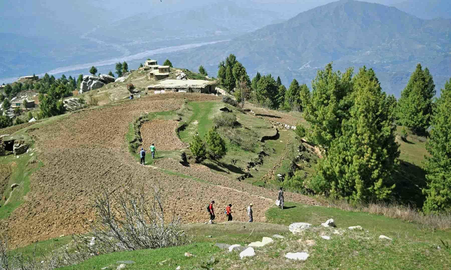 جھیل کے ساتھ آبادی کا منظر—تصویر امجد علی سحاب