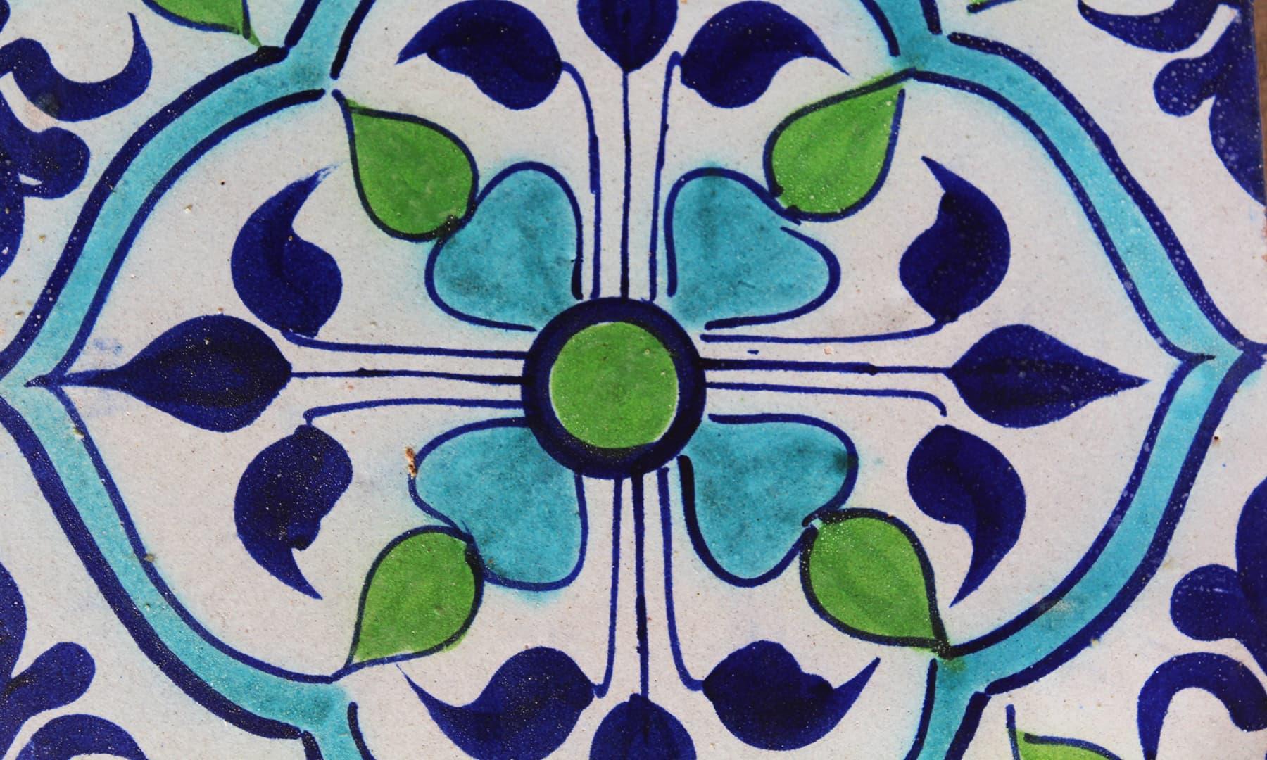 کاشی کے مخصوص نقوش اور رنگ — تصویر اختر حفیظ