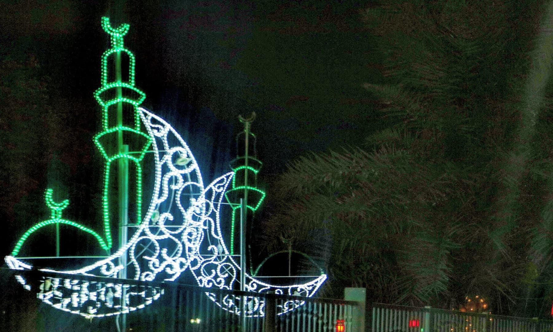 ابو ظہبی میں رمضان کی آمد پر چراغاں — تصویر صوفیہ کاشف