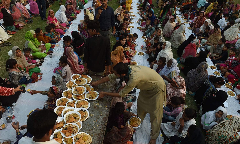 لاہور کے ایک روڈ پر افطاری کا منظر—فوٹو: اے ایف پی
