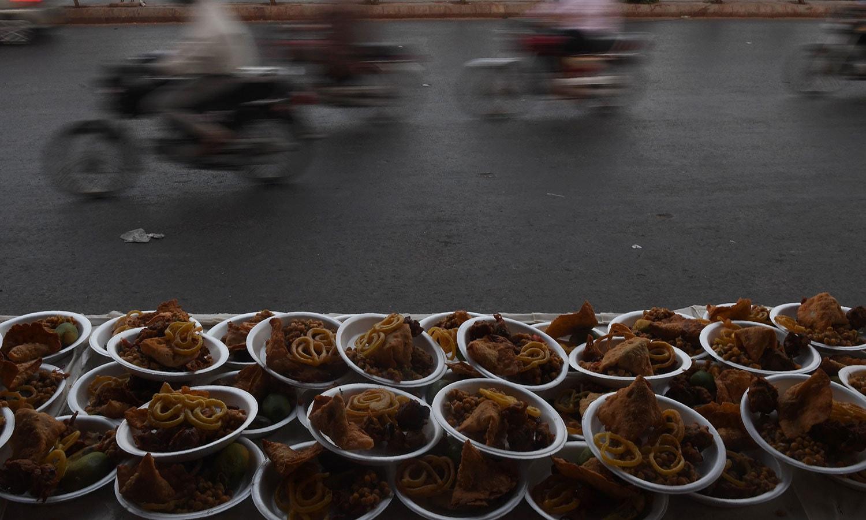 کراچ کے ایک روڈ پر افطاری کا منظر—فوٹو: اے ایف پی