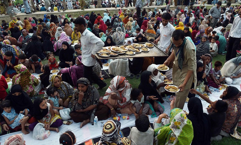 عوامی افطار پارٹیوں میں مرد وخواتین ایک ساتھ بیٹھتے ہیں—فوٹو: اے ایف پی