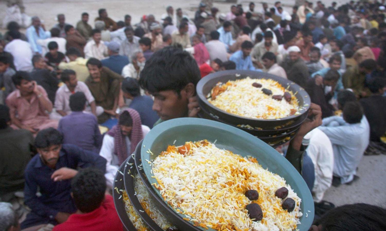 کراچی کی نمائش چورنگی پر بھی روڈ افطاری کا اہتمام ہوتا ہے—فوٹو آن لائن