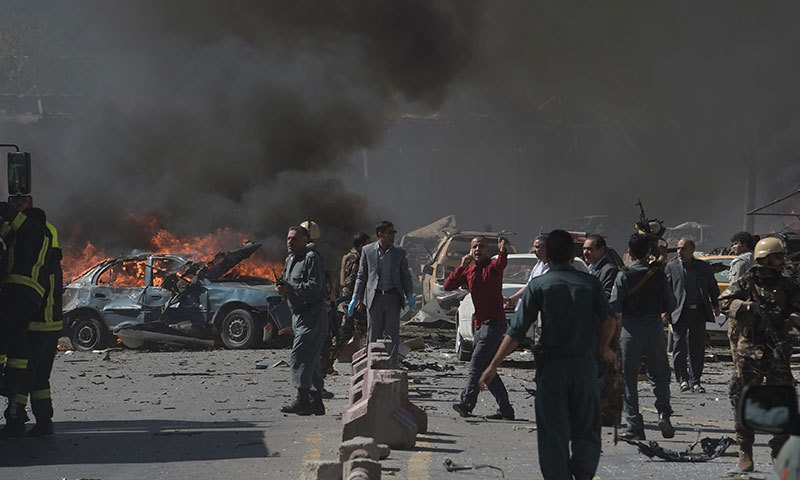 کار بم دھماکے کے بعد گاڑیوں میں آگ لگی ہوئی ہے — فوٹو: اے ایف پی.