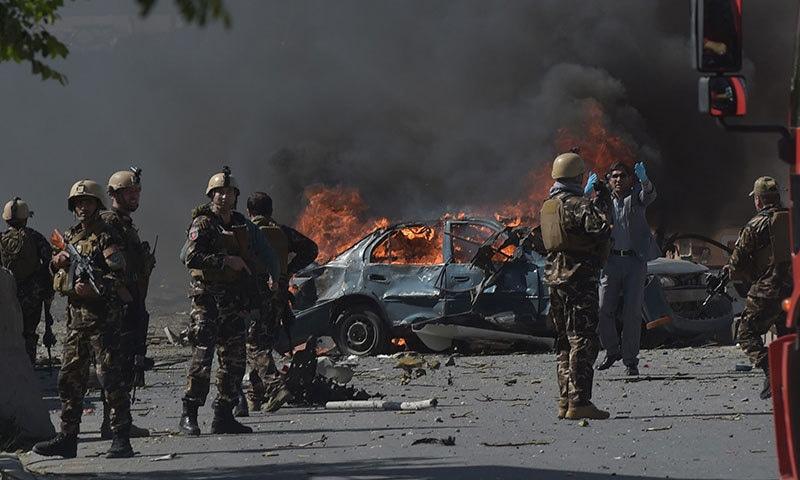 کابل دھماکے کے بعد افغان سیکیورٹی حکام جائے وقوعہ پر موجود ہیں — فوٹو: اے ایف پی