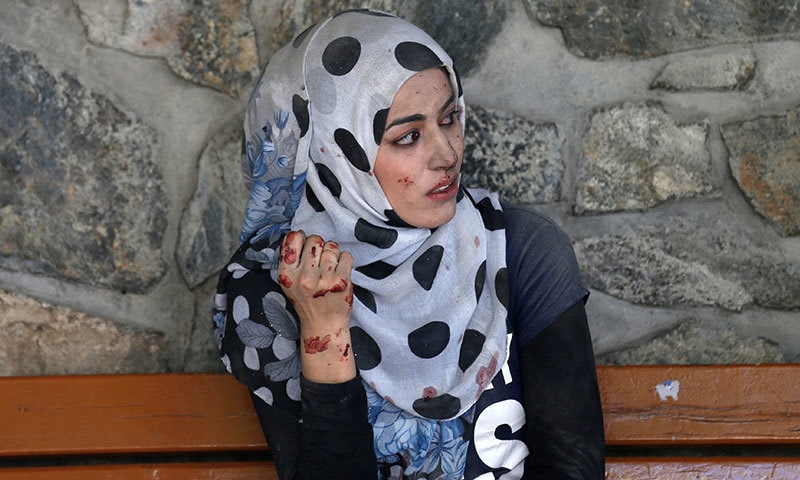 کابل دھماکے میں زخمی ہونے والی خاتون طبی امداد کی منتظر ہے — رائٹرز.