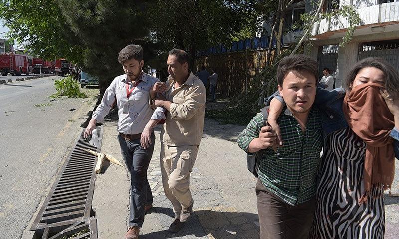 کابل دھماکے کے زخمیوں کو ہسپتال منتقل کیا جارہا ہے — فوٹو: اے ایف پی.