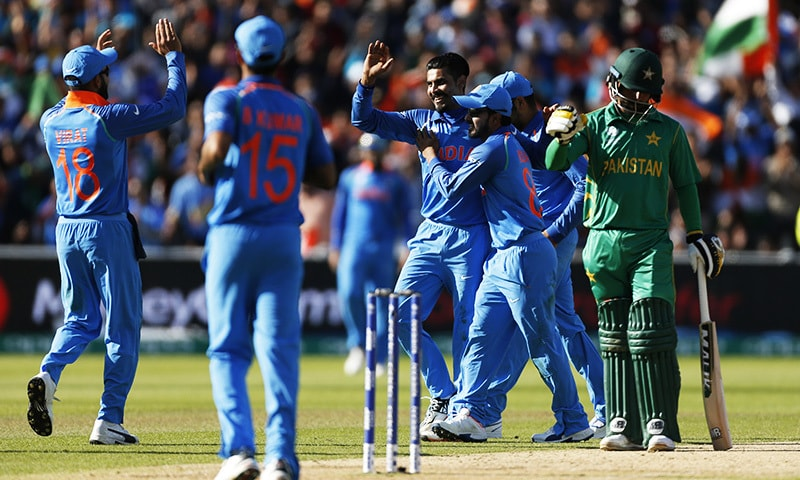 Ravindra Jadeja (C) celebrates with team mates after taking the wicket of Azhar Ali (not pictured).─Reuters