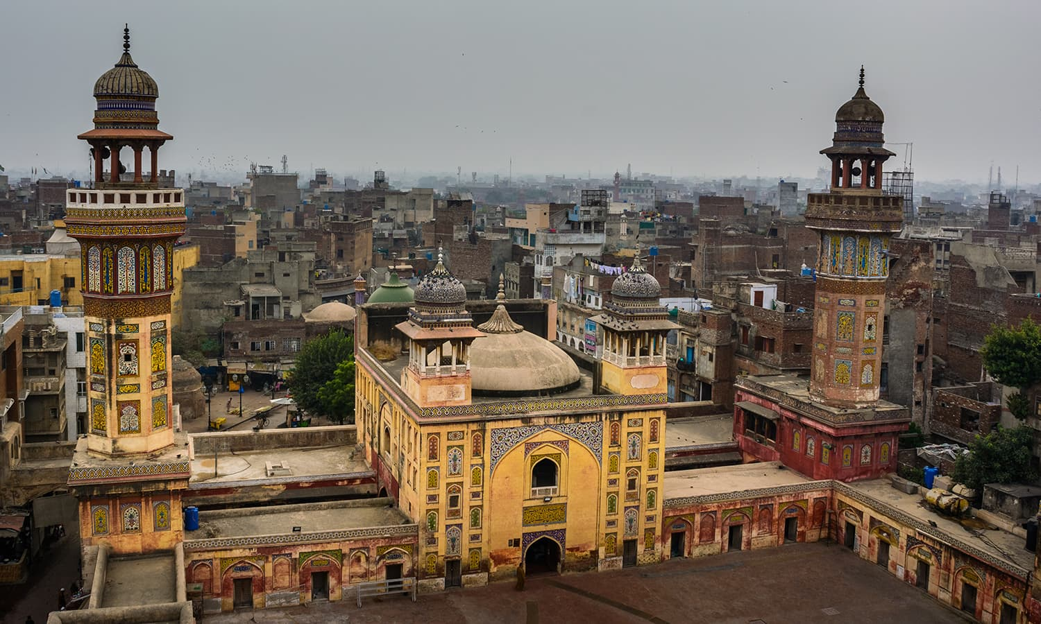 The Wazir Khan Mosque, built during Shahjahan's time, is a riot of colours. Photo: Shahbaz Aslam/ Wikimedia Commons.