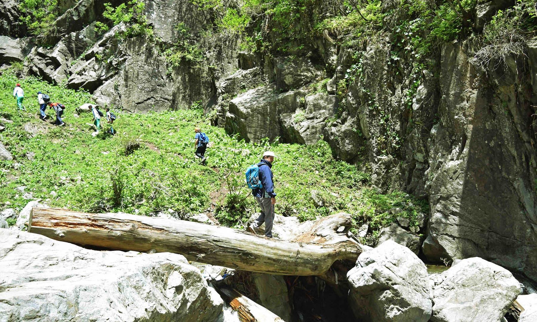جادوئی آبشار کی طرف مقامی ٹریکرز کی پیش قدمی جاری ہے— تصویر امجد علی سحاب