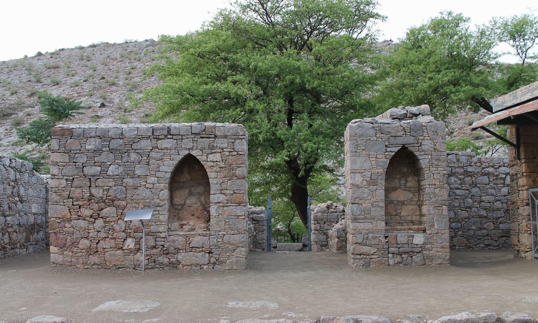 درسگاہ کا مرکزی دروازہ— تصویر ابوبکر شیخ