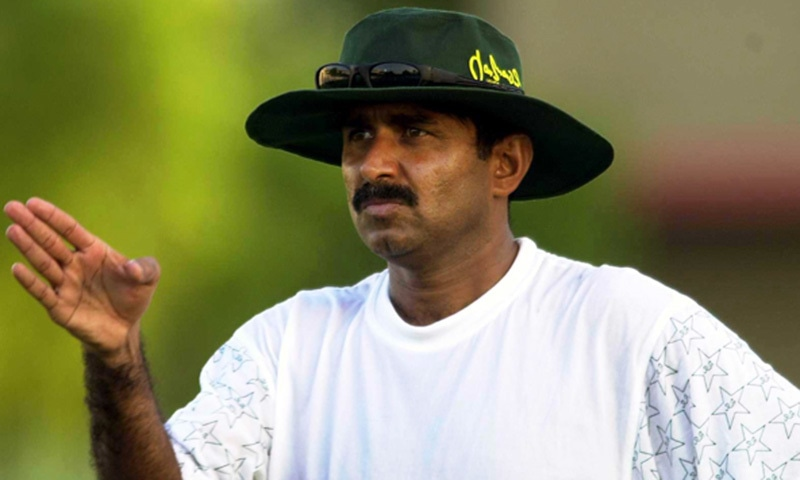 21 Oct 2000:  Javed Miandad, the Pakistan coach, directs his players during the Pakistan Nets session at the National Stadium, Karachi, Pakistan. Mandatory Credit: Tom Shaw/ALLSPORT