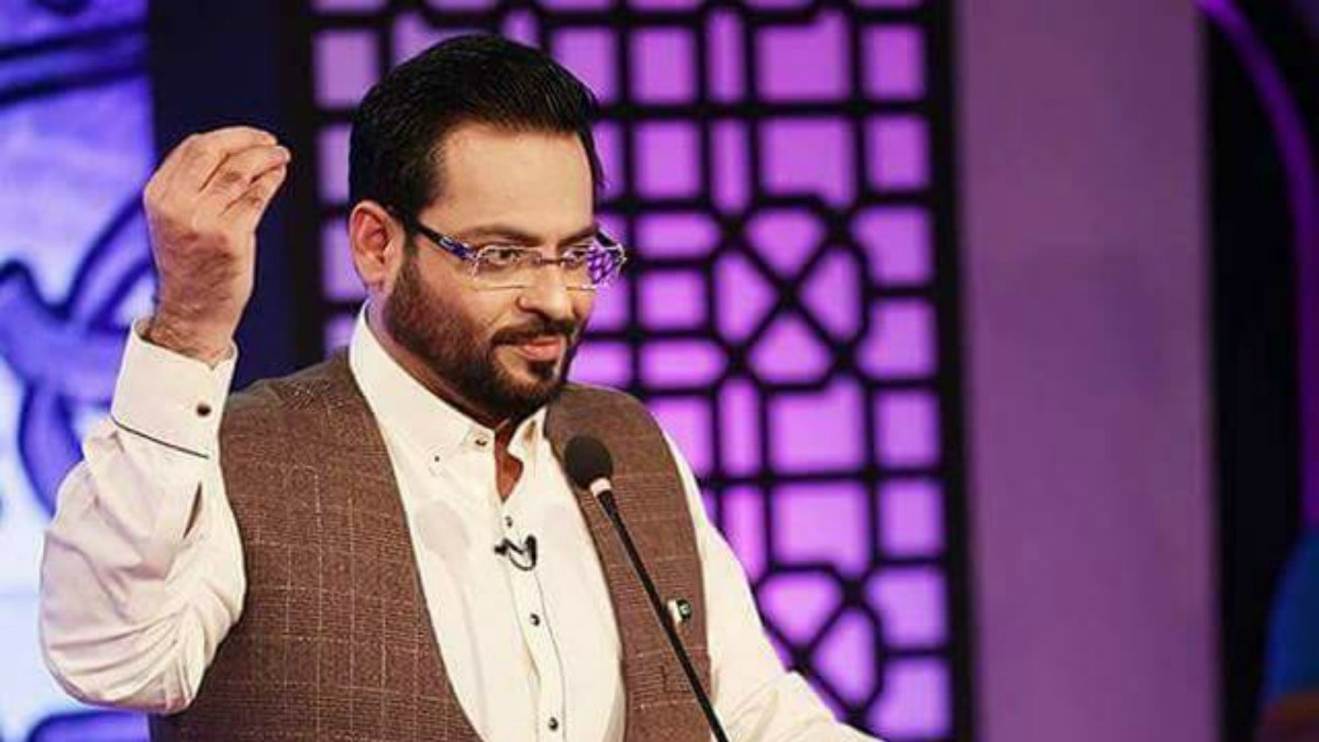 Aamir Liaquat in a single-hued kurta.