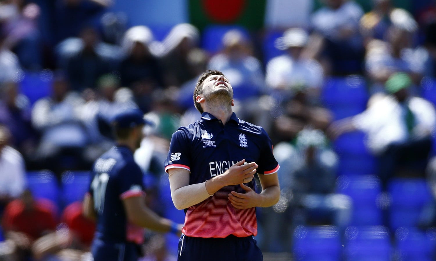Mark Wood reacts as England's bowling fails to deter the Pakistani side from reaching their target of 212 runs.─Reuters