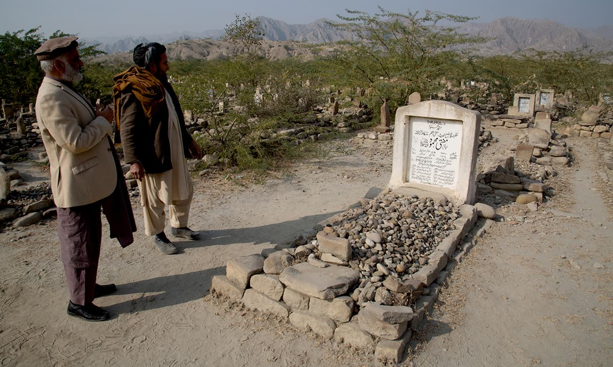 Visitors at the grave of Mufti Mahmud