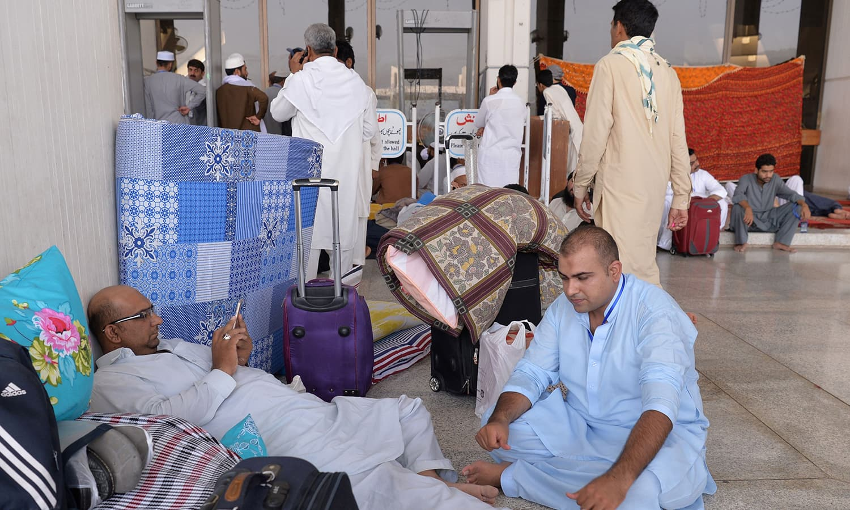 اسلام آباد کی مسجد میں لوگ اعتکاف میں بیٹھنے کے لیے جمع ہورہے ہیں — فوٹواے ایف پی
