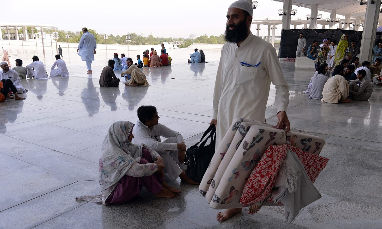 بیشتر مساجد میں اعتکاف کے لئے گنجائش میں اضافہ کیا گیا ہے جس سے مساجد کی رونقیں مزید بڑھ گئی ہیں — فوٹو/ اے ایف پی