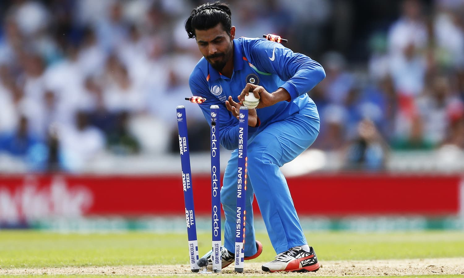 Ravindra Jadeja stumps the wickets in vain.─Reuters