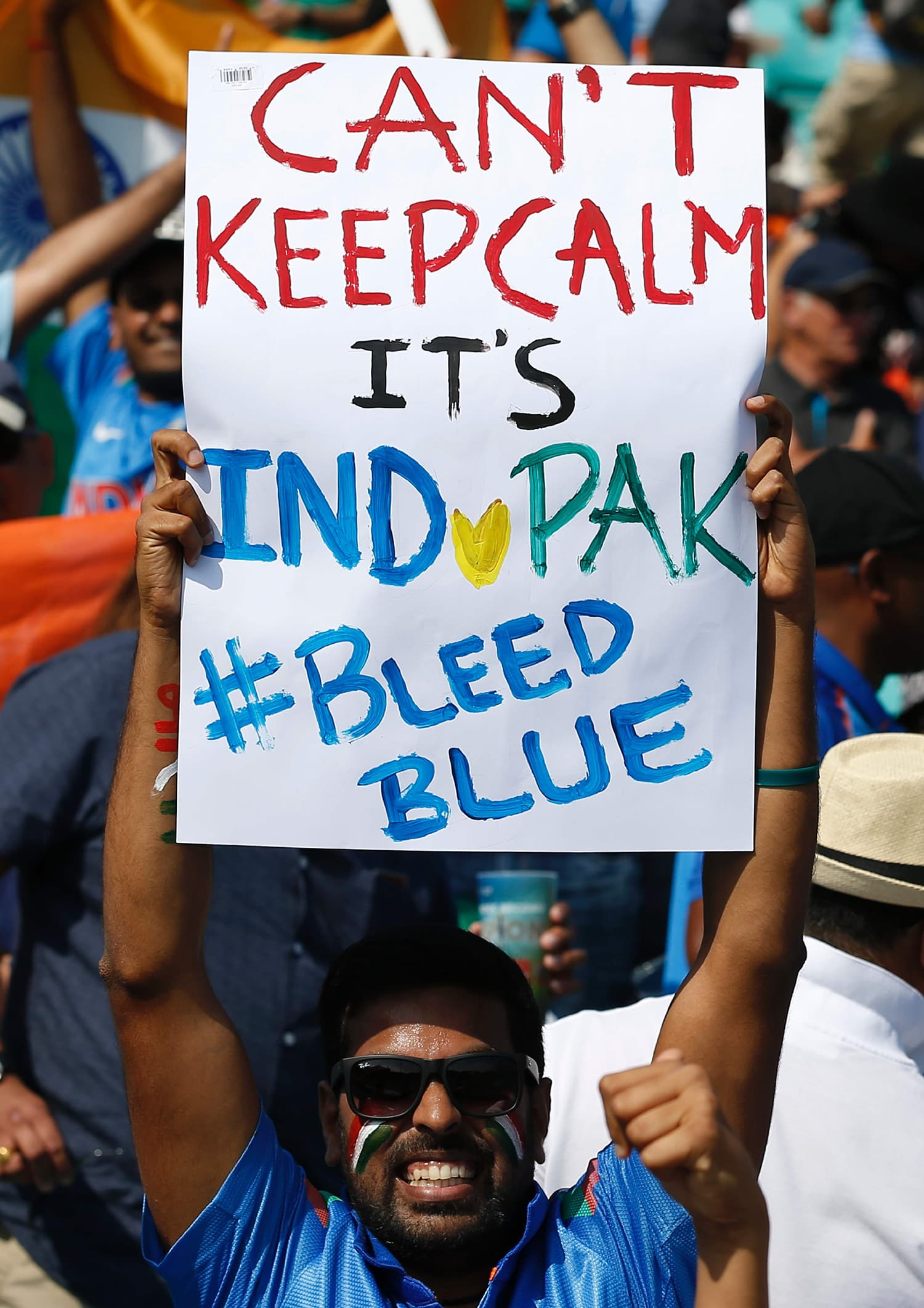 Fans express their enthusiasm for the match with placards.─AFP