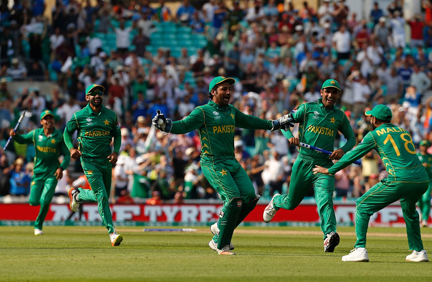 Sarfraz Ahmed celebrates with teammates after taking the final catch — AFP