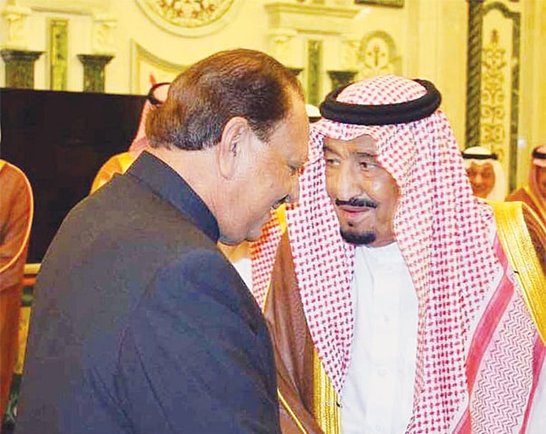 MAKKAH: President Mamnoon Hussain being received by King Salman upon his arrival for an Iftar-dinner hosted by the latter.—APP