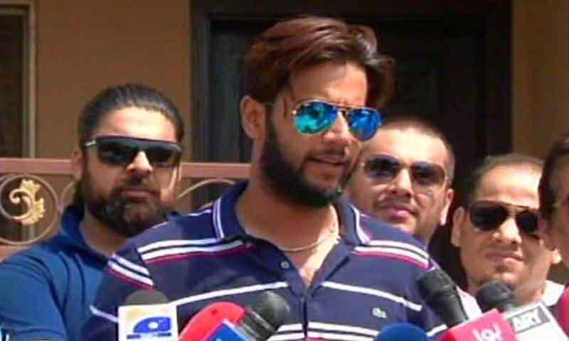 Imad Wasim speaks to reporters after returning home.─DawnNews
