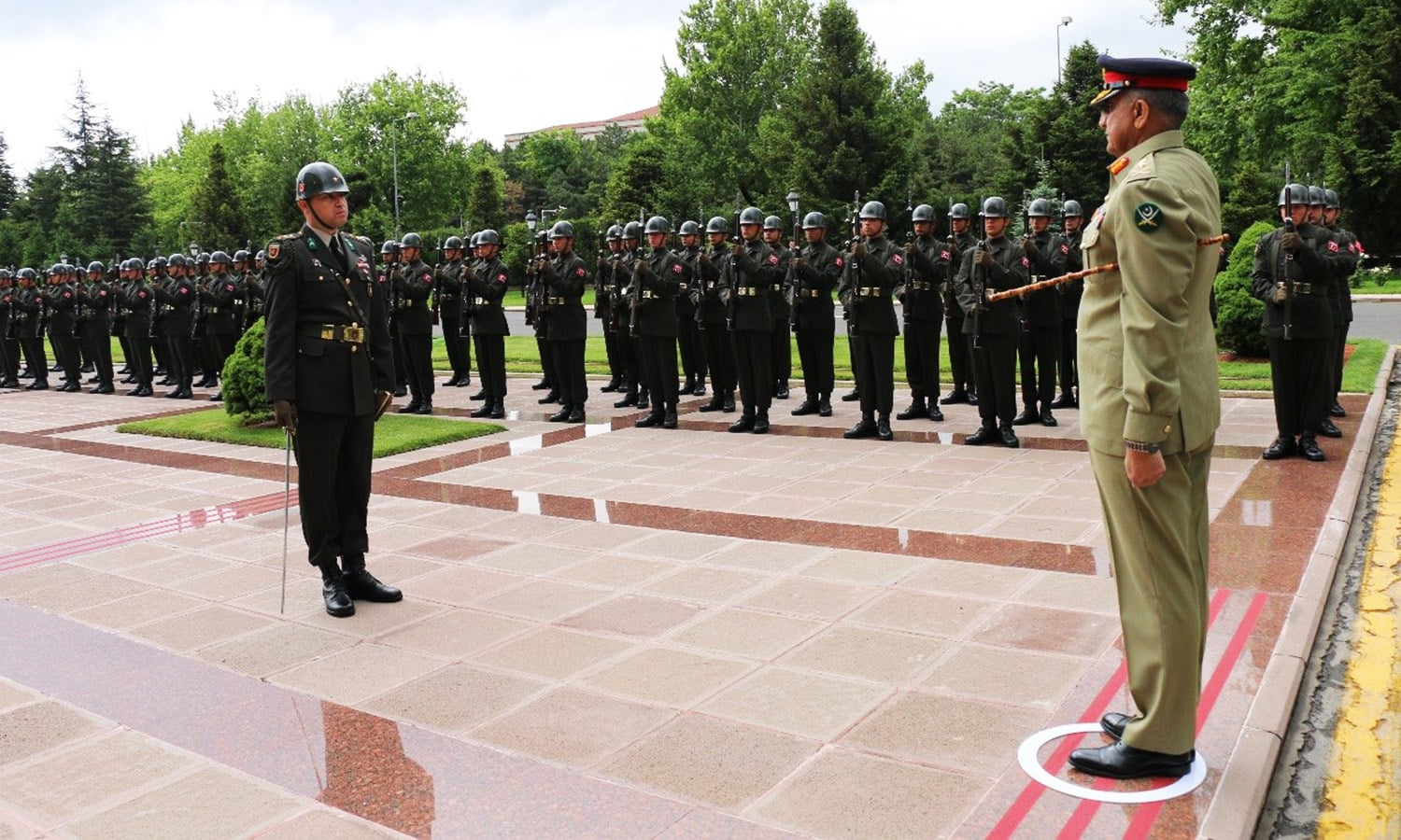 General Bajwa being presented with a guard of honour by Turkish troops. ─ Photo: ISPR.