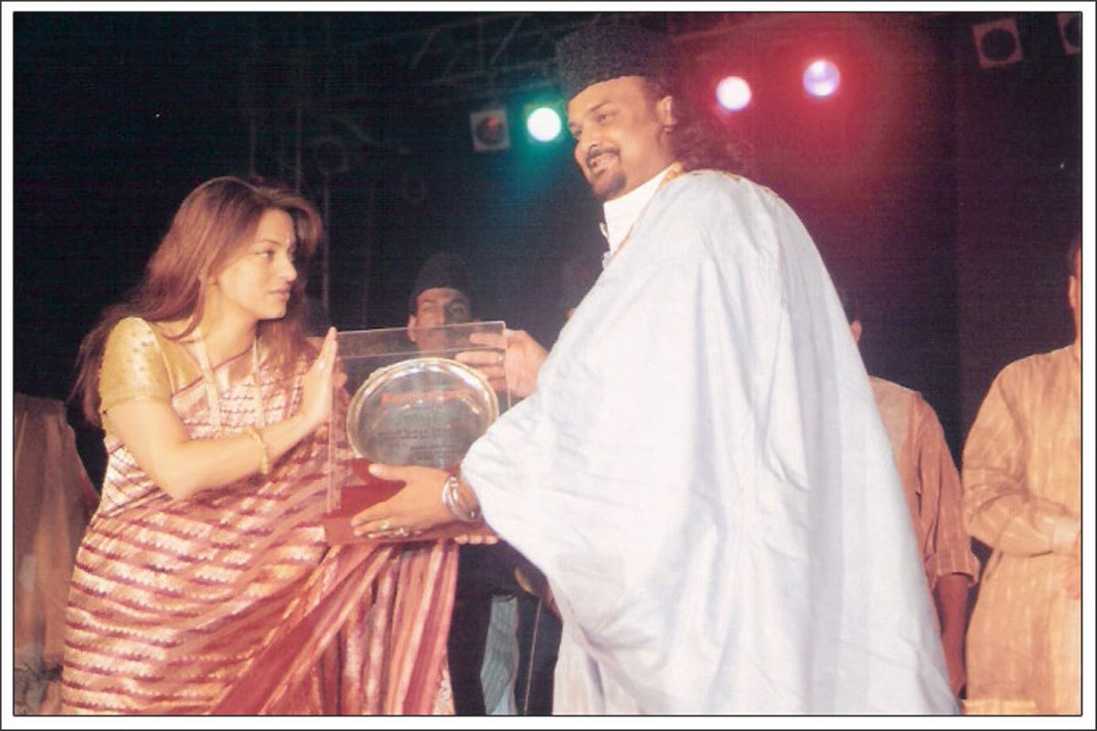 Amjad Sabri with Bollywood actress Juhi Chawla.—Courtesy Routes2Roots